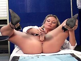 une infirmière qui prend du bon temps en salle de pause